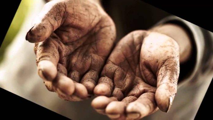 Um jovem lavou as mãos do pai pela primeira vez. O que ele fez mudou toda a sua vida!