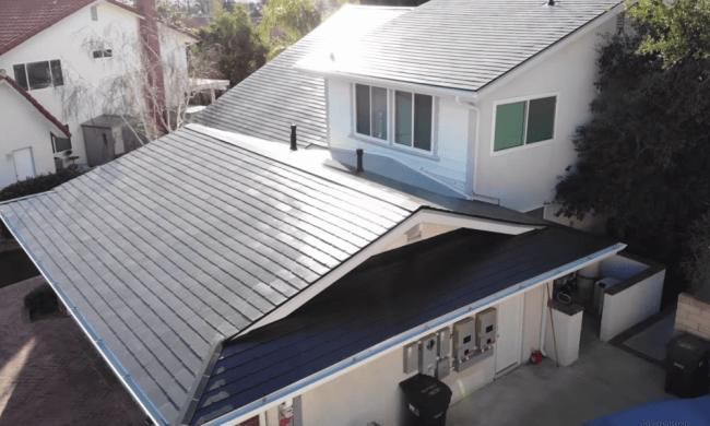O novo teto solar da Tesla será tão barato quanto um telhado de telha